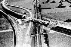 Aansluiting en spoorviaduct bij Blijdenstein in aanleg, 1964/1965. Hier sloten de P14 Eursinge - Meppel en P8 rondweg Meppel (later S10, S11 en Q365, nu N375) op elkaar aan. Oorspronkelijk zou de P14 vanuit Eursinge bij Tweeloo aansluiten op rijksweg 31 (nu A32). Vanwege beperkte ruimte was hier geen volledige aansluiting te realiseren. De P14 werd bij Blijdenstein afgebogen naar de bestaande aansluiting van rijksweg 31. De P8 om Meppel kreeg bij Tweeloo een ingewikkelde onvolledige…