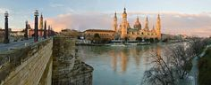 Zaragoza (Saragoça), Aragon, Espanha.   Panorama da Basílica-Catedral de Nossa Senhora do Pilar do rio Ebro em luzes da manhã antes do amanhecer   Capital do vale do Ebro situada na margem direita do rio, Zaragoza é a quinta cidade espanhola e goza de uma posição privilegiada.  No meio de uma região extremamente árida, Zaragoza é o centro de um vale fértil regado pelos rios, Gallego, Jalón e Huerva e pelo canal de Aragón.  A cidade teve de ser totalmente reconstruida no século XIX, depois da…