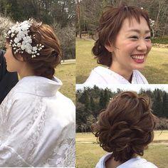 . . yuumiさんの和装スタイリングの . ぐるりと一周。 . . やっぱり笑顔可愛い♡ . .  和装なので、波ウエーブとかではなく、 . カーラーのみでツヤ感大事に仕上げました♪ . 大人気だったので、レクチャーを♪ . . 『オーダーの仕方』 サイドにエアリー感を多くしたいので、髪の引き出しを沢山出してください。トップの高さは要らず、後頭部にボリュームも出すシルエットで。少し左寄りに寄せたいので、左側のデザインを。アクセサリーがのっても潰れないボリュームを出したいです。 .  . 『美容師さん』 前髪後ろから6センチ程残し、後頭部にすき毛を置いて、被せ、作っていきます。 下をねじりあげして、全てアップに。サイドはねじりながら、途中途中で引き出しながらデザインを決めて、ピンうち。 和装なので、ボサボサ感にならないように、 手の温もりとなじませで作ってくださいね! ワックス使うと逆に重たくなってしまうので、大切なのは手の温度! . . 頑張ってみてください☺️✨…