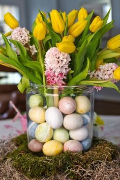 Top 17 Spring Flower Easter Table Centerpieces – April Holiday Home Decor Idea Hoppy Easter, Easter Eggs, Easter Table, Diy Ostern, Easter Traditions, Easter Parade, Easter Celebration, Easter Holidays, Easter Brunch