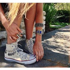 Could deal some old chain or silver jewelry around your Converse! Festival Looks, Converse All Star, Jouer Au Basket, Ropa Shabby Chic, Mode Bcbg, Boho Fashion, Fashion Jewelry, Look Boho, Boho Gypsy