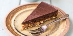 Ben je op zoek naar een chocoladetaart die lekker én gezond is? Dan is deze uit het kookboek De wereld van de happy pear een aanrader.