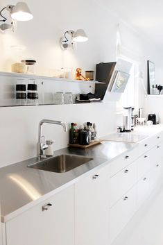 46 Simple Modern Scandinavian Kitchen Inspirations - Modern Home Design Black Kitchen Cabinets, Black Kitchens, Home Kitchens, New Kitchen, Kitchen Dining, Kitchen Decor, Kitchen Modern, Modern Kitchens, Kitchen Tops