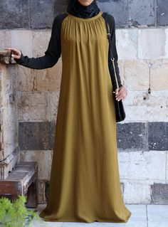 Full length Round neckline Raglan sleeves in contrasting color Ruching at front and back neckline Hidden rear neck zipper Imported Islamic Fashion, Muslim Fashion, Modest Fashion, Fashion Dresses, Big Size Fashion, Abaya Designs, Islamic Clothing, Hijab Dress, Dress Tutorials