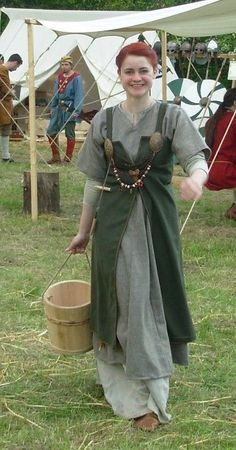 Viking women outfit open aprondress Personal costumes – the needle trunk Informations About Costumes personnels Pin You can easily use Costume Viking, Viking Garb, Viking Reenactment, Viking Dress, Medieval Costume, Medieval Dress, Norse Clothing, Medieval Clothing, Historical Costume