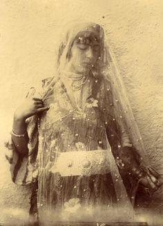 Anonyme, Algérie, Jeune Femme aux voiles, c.1870 via Verdeau