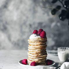 Vegan pancakes ••• He preparado estos pancakes veganos que he encontrado en el blog de @kikeadela ,están realmente deliciosos, con muy pocos ingredientes podéis lograr esta maravilla, yo lo acompañé de yogurt casero, semillas de amapola y unas frambuesas!! Ahora estoy preparando una tarta vegana para deshacerse de los restos de turrón de la navidad!! Lo podéis ver todo en mi IG Stories!! 😉😉 #bakealvarofood #xmas