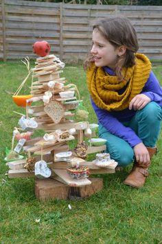 WEDSTRIJDDEELNEMER: Elke Elsen 'Vogelvoederboom. Deze is ook versierd met zelfgemaakte vetbolletjes in vormpjes gegoten, halve appelsienen gevuld met zaadjes, een appel met rozijntjes, .'