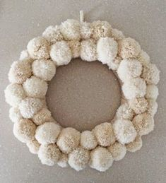 knit & crochet design: Christmas is coming….tutorial for pompom wreath Bird Christmas Ornaments, Diy Christmas Tree, Christmas Is Coming, Felt Ornaments, Christmas Wreaths, Christmas Ideas, Xmas, Wood Bead Garland, Beaded Garland