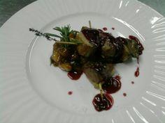 Brocheta de magret de pato con salsa de frutos rojos en restaurante El Portillo www.ghbarbastro.com