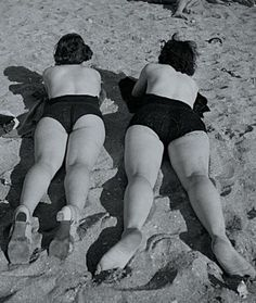 Roger SCHALL (1904-1995) Bain de soleil, manifestation, défilé de sportives, vitrine, feu dartifice, vers 1935 5 tirages argentiques dépoque, au dos : tampon humide de lauteur, indications de parution et retouches à la gouache (1)