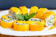 Crazy Mango Roll Recipe - Yummy Sushi with Tropical Mango Mango Sushi, Top Sushi, Sushi Sushi, Sushi Menu, Dessert Sushi, Best Sushi Rolls, Different Types Of Sushi, Sushi At Home, Sushi Recipes