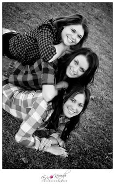 37 Impossibly Fun Best Friend Photography Ideas Time to immortalize your sisterhood. Best Friend Photography, Sister Photography, Photography Poses, Friendship Photography, Friendship Photos, Funny Photography, Maternity Photography, Couple Photography, White Photography