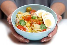 Ensalada de pasta, atún, huevo, maíz y albahaca