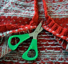 How to cut in knitted sweathers. In Norwegian, by Med pinner, How to cut in knitted sweathers. In Norwegian, by Med pinner. Knitting Help, Knitting Stitches, Knitting Patterns Free, Hand Knitting, Knitted Baby Clothes, Hand Knitted Sweaters, Remake Clothes, Big Knit Blanket, Big Knits