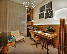 A arquiteta Ana Paula Carneiro assina o Home Office. No ambiente, destaque para a delicada luminária pendente de LEDs e para o painel de madeira ripado que recobre parte das superfícies.