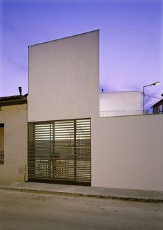 Vivienda unifamiliar adosada para una joven pareja con un hijo en Mollet del Vallès, población situada a unos quince kilómetros de Barcelona de H Arquitectes.