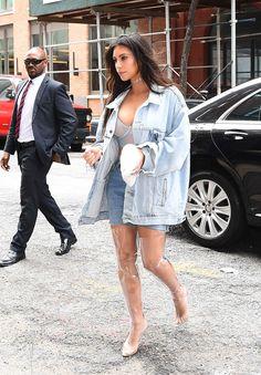 Kim Kardashian usa botas de plástico transparente