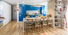 O bucătărie pentru un apartament plin de culoare. Pe scurt, detaliile acestei bucătării sunt: Fronturi MDF vopsit mat Blat Corian Carcasă din PAL alb Masă realizată din MDF dublat îmbinat la 45 grade și PAL melaminat Glisiere Tandem Box Blum… Beautiful Kitchens, Divider, Quilt, Loft, Bed, Inspiration, Furniture, Home Decor, Homemade Home Decor