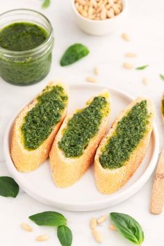 Vegan pesto, a delicious Italian sauce, made in 5 minutes with nutritional yeast instead of cheese, and a healthy and light plant-based alternative. Meat Recipes, Food Processor Recipes, Vegetarian Recipes, Healthy Recipes, Whole30 Recipes, Healthy Eats, Vegan Parmesan Cheese, Healthy Potatoes, Vegan Blogs