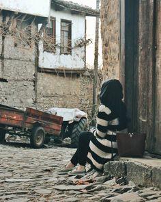 No photo description available. Modern Hijab Fashion, Muslim Women Fashion, Cute Girl Poses, Girl Photo Poses, Beautiful Girl Photo, Beautiful Hijab, Tumblr Photography, Girl Photography Poses, 30 Day Instagram Challenge