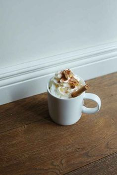 10 Tips For Making The Most Decadent Hot Chocolate Sweet Desserts, Sweet Recipes, Yummy Drinks, Yummy Food, Cocoa Drink, Flavored Marshmallows, Happy Drink, Baileys Irish Cream, Chocolate Shavings