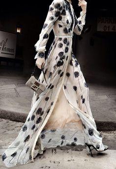 Valentino Haute Couture Looks like something Cruella DeVille would wear Estilo Fashion, Look Fashion, Runway Fashion, High Fashion, Ideias Fashion, Womens Fashion, Fashion Trends, Trending Fashion, Fashion Outfits