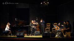 Perspectiva de todo el escenario con Maria Toledo a la izquierda del todo tocando el piano, junto a ella David Moreira al violín, detrás suy...
