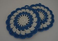 The hod pads and trivets are so versatile. When you pull up the hot dish or just right from the stove, then you do not want to place directly to your table or your plate can burn the surface. Then you can these crochet trivets. Crochet Hot Pads, Christmas Scarf, Crochet Dishcloths, Great Housewarming Gifts, Snowflake Pattern, Fabric Strips, Bridal Shower Gifts, Flower Designs, A Table