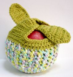 Crocheted Apple Cozy or Fruit Jacket - Greeny For inspiration only. How about covering the whole apple, adding a drawstring and keeping the wrap up leaves too? Must try this today! Crochet Mug Cozy, Crochet Dishcloths, Love Crochet, Crochet Crafts, Crochet Yarn, Yarn Crafts, Crochet Apple, Crochet Fruit, Knitting Projects