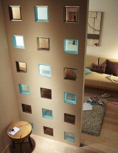 Briques de verre incrustées dans le mur.