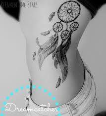quem escolhe tatuar um apanhador de sonhos busca proteção, cura e espantar os males que estão a volta, tendo por perto apenas boas energias e bons sonhos.