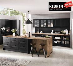 De zwarte keuken is anno 2021 heel populair. Begrijpelijk want zwart is chique, stoer, maar ook modern en industrieel! Kies voor een volledig zwarte keuken, inclusief keukenblad, of maak een mooie combi met bv. hout. Keuze te over! #zwartekeuken #industrielekeuken #modernekeuken #2021 #exlusievekeuken #keuken #keukeninspiratie #luxekeuken #populairekeuken #interieurinspiratie #wooninspiratie #stijlvollekeuken #stoerekeuken #keukenstore Nobilia Kitchen, Kitchen Island, Kitchen Cabinets, Design, Furniture, Home Decor, Kitchens, Study, Products