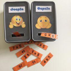 Joepie - Oepsie: De leerlingen werken per 2 samen. De ene leerling trekt een kaartje en leest voor wat er op staat, de andere geeft antwoord of voert uit. Is het antwoord juist, mag het kaartje in de Joepie doos. Is het antwoord fout, moet het kaartje in de Oepsie doos. Als alle kaartjes op zijn, neem je opnieuw alle kaartjes uit de Oepsie doos. Zo gaat het spel verder tot alle kaartjes in de Joepie doos zitten. TOEPASSING 1: De maaltafels inoefenen. TOEPASSING 2: Inoefenen kloklezen. De…