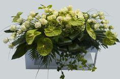Kistbedekking met witte en groene bloemen