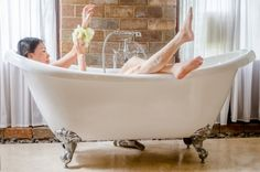 At the end of a long day you can unwind with this summery herb bath recipe. Bath Tea, Bath Recipes, Have A Shower, Make Beauty, Bathing Beauties, Clawfoot Bathtub, Herbalism, How To Make, Scientific Articles