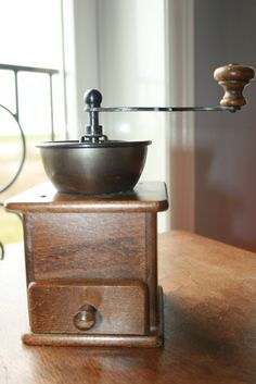 DE  Douwe Egberts vintage lap coffee grinder  door HomiArticles