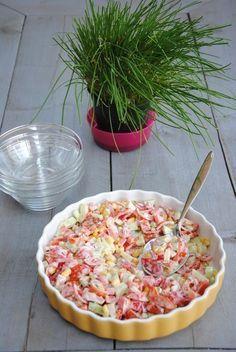 Deze salade is een beetje jeugdsentiment. Als we vroeger gingen bbqen (en dat deden we erg vaak) stond deze rauwkostsalade standaard op tafel. Heerlijk! Daarbij is het erg simpel om te maken en heb je de ingrediënten vast wel in huis. Ook bij de lunch of picknick kun je dit gerecht prima serveren. Rauwkostsalade Ingrediënten:–...Continue Reading Salad Recipes, Snack Recipes, Cooking Recipes, Healthy Recipes, Diet Food To Lose Weight, Salade Caprese, Side Dishes For Bbq, Dutch Recipes, Macaron