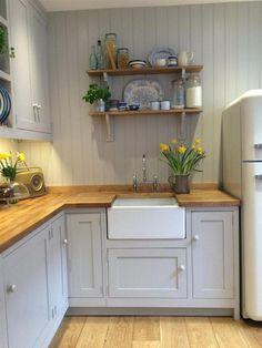 10 Tips on How to Build the Ultimate Farmhouse Kitchen Design Ideas Country kitchen decor Small Cottage Kitchen, Rustic Kitchen, New Kitchen, Kitchen Interior, Kitchen Dining, Kitchen Grey, Kitchen Country, Small Cottage Interiors, Kitchen Modern