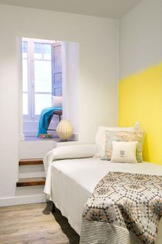 Cómo decorar una vivienda para alquilarla rápido. Dormitorio con pared pintada efecto degradado.