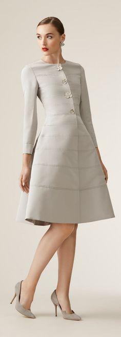 Carolina Herrera Resort 2017 Button Down Coat Dress Love Fashion, High Fashion, Womens Fashion, Fashion Design, Fashion News, Luxury Fashion, Coat Dress, Dress Up, Mode Pop