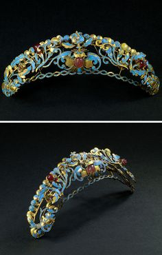 Superb Mandchu diadem ornated with symbols of good fortune like three bats (in the center and on each side), pears and pomegranates of gemstones. The metal is embellished with kingfisher feathers inlaid. The decor is set with wire to create a theatre perspective (see photograph 2). Qing dynasty (1644-1911). Width : 4 3/8 inch Height : 1 1/8 inch Depth : 5/8 inch