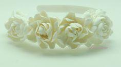 """Белоснежный ободок с изысканными розами прекрасно дополнит и преобразит Ваш образ своей нежностью и максимально реалистичным сходством с живыми цветами. Так же не требует """"повода"""", необходимого  что бы остановиться на выборе именно этого аксессуара.            Материал изготовления : Глина Deko;"""