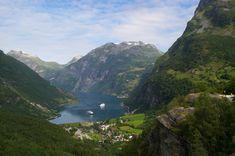 Geiranger, el pueblo del fiordo  Además de la belleza del pueblo con sus casitas blancas y algunos tejados llenos de hierba, lo cierto es que Geiranger debe de tener una de las ubicaciones más bonitas de todo el mundo. Para ser más exactos está situado al final del fiordo del mismo nombre, en Noruega. Un lugar donde da igual la época del año que sea: en invierno reina la nieve y los paisajes blancos, y en verano el deshielo y las montañas verdes