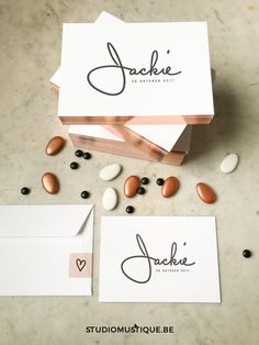 INFO | BESTEL GEBOORTEKAARTJE JACKIE Krachtig zwart en zacht rosé goud. Een super stijlvolle en minimalistische combinatie voor sterke kleine Jackie. Jackie's naam werd ingedrukt (letterpress) in het dikke katoenpapier. Je kan dit ontwerp ook laten uitvoeren in glanzende foliedruk of als digitaal gedrukt geboortekaartje (zonder ingedrukt reliëf) bestellen. Bij dit ontwerp kan je - bovenop het