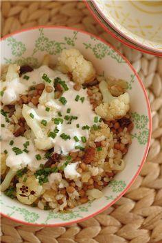 Poêlée chou fleur, riz complet, lentilles, raisins secs, sauce veloutée au tahin