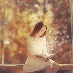 99px.ru аватар Девушка в осеннем парке сидит на качелях и читает книгу