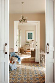 Vista desde puertas correderas blancas de salón_ 00382735