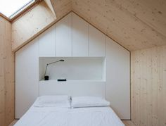 Kompaktes Karst Haus, Vrhovlje, Slowenien, dekleva gregoric arhitekti, 2014, Janez Marolt, Foto Innenraum, Empore, Schlafzimmer
