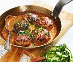 Kalvfärsbiffar med gräddsås och pressgurka är ett vinnande middagsrecept som passar de flesta i familjen. Gräddsåsen gör du enkelt själv i pannan, och du får till den rätta krämigheten med majsstärkelse mot slutet. Här får du också göra pressgurka med hackad persilja – fantastiskt gott! Meat Recipes, Cooking Recipes, Minced Meat Recipe, Food Porn, Swedish Recipes, Lunches And Dinners, Food Inspiration, Love Food, Carne
